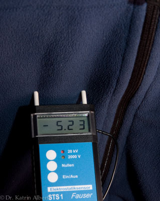 Elektrostatische Aufladung an einer Fleece-Jacke: -5230 Volt.
